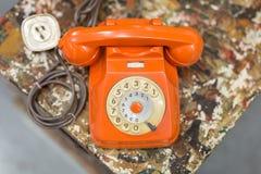 Telefone alaranjado análogo do vintage antigo, tema do conceito de uma comunicação imagem de stock royalty free