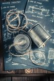 Telefone análogo feito da corda e as latas e o esquema imagem de stock