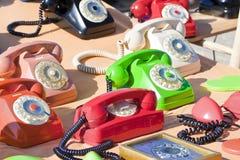 Telefone análogo plástico colorido velho em uma feira da ladra imagens de stock royalty free