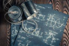 Telefone análogo retro feito das latas e a corda e o esquema foto de stock