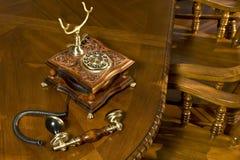 Telefone antiquado na tabela fotografia de stock royalty free