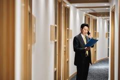 Telefone asiático de Talking On Cell do agente de Working As Banking do gerente fotografia de stock royalty free