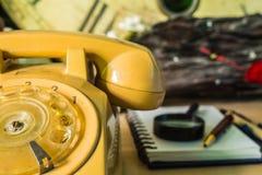 Telefone auf dem Schreibtisch Stockbild