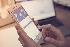 Telefone celular central social do iPhone do app com backgroun da tela azul imagens de stock royalty free