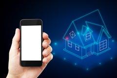 Telefone celular com casa esperta imagens de stock royalty free