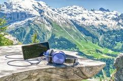 Telefone celular com fones de ouvido em uma tabela de madeira no fundo o foto de stock royalty free