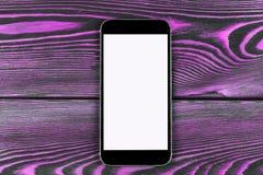 Telefone celular com zombaria da tela vazia acima no fundo de madeira cor-de-rosa da tabela Smartphone na tabela de madeira Tela  Imagens de Stock Royalty Free