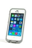 Telefone celular de Apple IPhone 5S em um exemplo de Lifeproof imagem de stock
