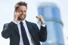 Telefone celular de fala bem sucedido novo do homem de negócio Imagens de Stock Royalty Free