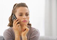 Telefone celular de fala da jovem mulher interessada imagens de stock royalty free