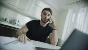Telefone celular de fala irritado do homem de negócio em casa Papéis de jogo da pessoa furioso vídeos de arquivo