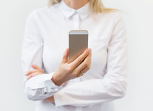 Telefone celular de observação da mulher Imagens de Stock