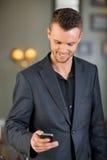 Telefone celular de Text Messaging On do homem de negócios Imagens de Stock Royalty Free