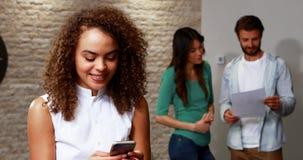 Telefone celular de utilização executivo fêmea vídeos de arquivo