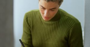 Telefone celular de utilização executivo fêmea ao escrever no diário 4k vídeos de arquivo