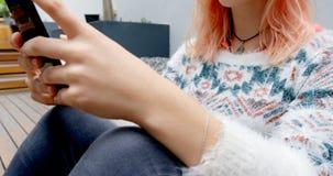 Telefone celular de utilização executivo fêmea no escritório 4k video estoque