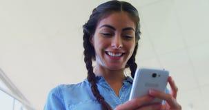 Telefone celular de utilização executivo no escritório 4k filme