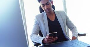 Telefone celular de utilização executivo no escritório 4k video estoque
