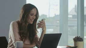 Telefone celular do desdobramento da mulher de negócio Retrato do close up da senhora que tem a ruptura filme