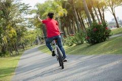 Telefone celular do uso do ciclista ao montar a bicicleta foto de stock royalty free