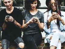 Telefone celular do uso das mulheres junto fotos de stock royalty free