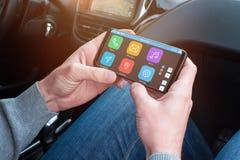 Telefone celular do uso de Passanger e app para ajudar o motorista a encontrar o lugar desejado Fotos de Stock