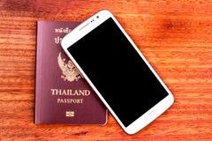 Telefone celular e passaporte Foto de Stock