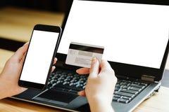 Telefone celular em linha do cartão da autorização de pagamento foto de stock royalty free