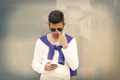 Telefone celular formado jovens imagens de stock