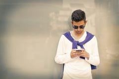 Telefone celular formado jovens imagem de stock