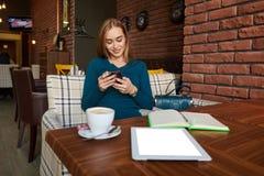 Telefone celular guardando fêmea bonito novo fotos de stock