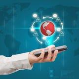 Telefone celular moderno em uma mão do homem de negócios Comunicações dos di Fotografia de Stock