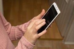 Telefone celular nas mãos imagens de stock