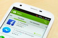 Telefone celular novo na coleção de App Store App Store é um serviço de distribuição digital para apps móveis, desenvolvido por A Foto de Stock