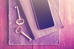 Telefone celular vazio com chaves do vintage e diários, foto do instagram Foto de Stock Royalty Free