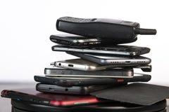 Telefone celular velho, quebrado e obsoleto no fundo de madeira fotografia de stock royalty free
