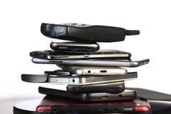 Telefone celular velho, quebrado e obsoleto no fundo de madeira foto de stock