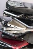 Telefone celular velho, quebrado e obsoleto no fundo de madeira foto de stock royalty free
