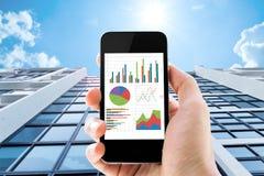 Telefone com análise do gráfico Foto de Stock Royalty Free