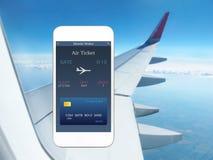 Telefone com a asa móvel da carteira do app e do avião do bilhete plano imagem de stock