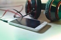 Telefone com fones de ouvido Fotos de Stock Royalty Free