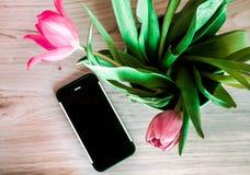 Telefone cor-de-rosa dos tulipans de Buquet de madeira Imagem de Stock Royalty Free