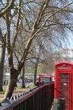 Telefone da cabine em Londres imagens de stock