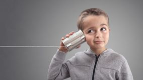 Telefone da lata de lata que escuta a boa notícia curiosa fotografia de stock