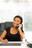 Telefone da linha terrestre da mulher de negócios imagens de stock royalty free