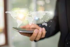 Telefone da mão do homem de negócios com o mapa do mundo na tela Imagens de Stock