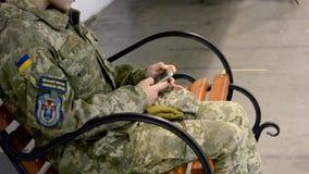 Telefone da mensagem do uniforme militar da menina vídeos de arquivo