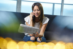 Telefone da mulher que chama para Job Announcement On Newspaper foto de stock