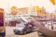Telefone da posse da mão do homem Foto de Stock