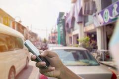 Telefone da posse da mão do homem Fotos de Stock